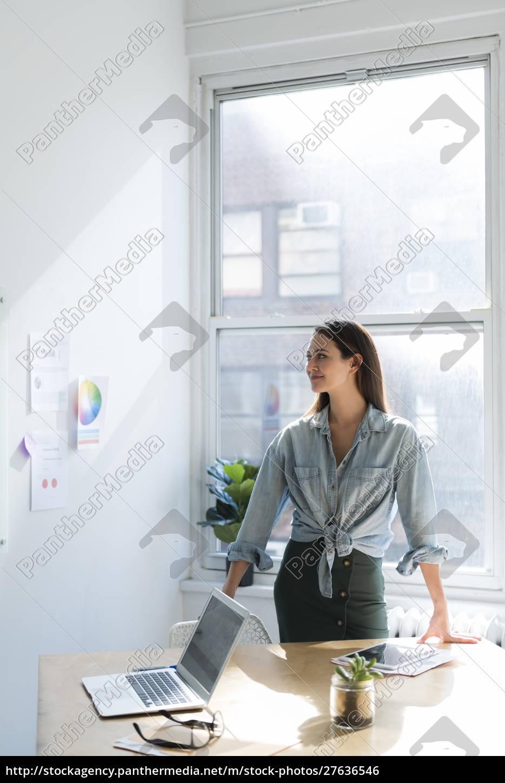 kobieta, biznesu, stoi, za, biurkiem, biurowym - 27636546