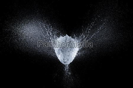 wybuch balonu wypelniony woda dokladnie w