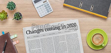 gazeta na biurku z naglowkiem zmiany
