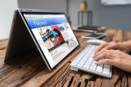 biznesmen sprawdzanie wiadomosci online na laptopie