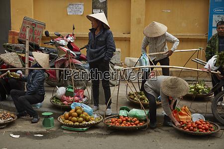 produce vendors near dong xuan market