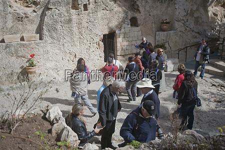 christian pilgrims visit the garden tomb