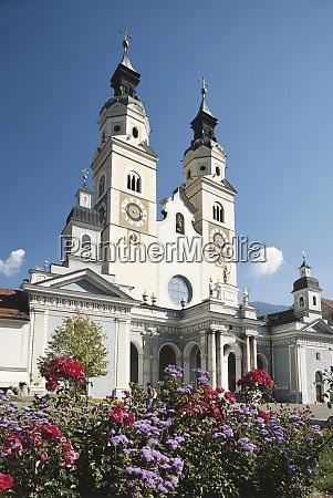 wlochy brixen widok kwiatow i katedry
