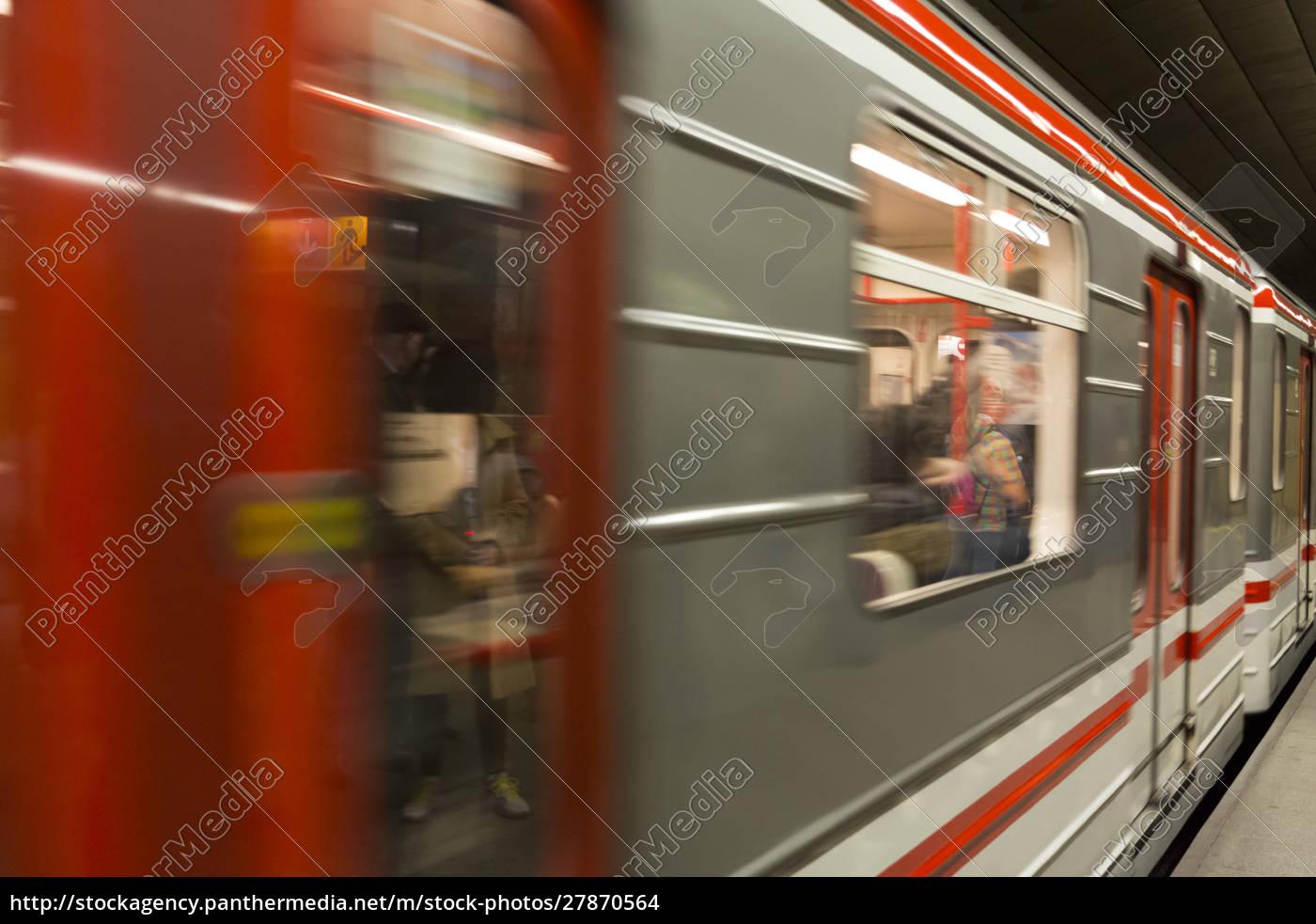 czechy, praga., rozmycie, ruchu, pociągu, metra, przybywających - 27870564