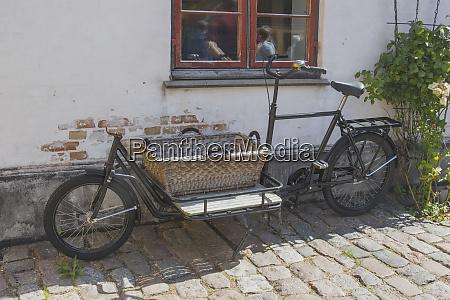 rower z praktycznym koszem zaparkowal w