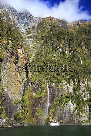 wysoki, wodospad, spada, na, stromym, klifie - 27927760