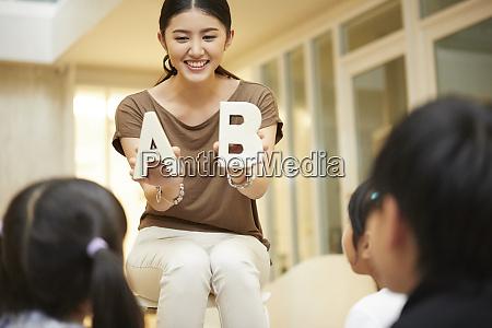 kobieta nauczyciel zycie szkolne