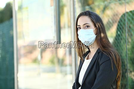 kobieta w masce aby zapobiec zarazeniu