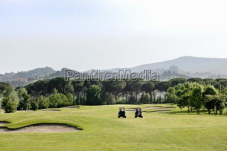 wozki na polu golfowym