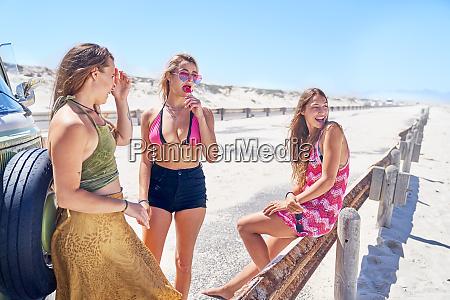mlode kobiety przyjaciele relaks na slonecznej