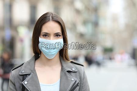 kobieta, z, maską, ochronną, patrząc, na - 28189057