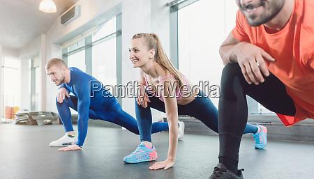 grupa osob w klasie fitness silowni