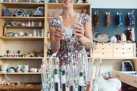 kobieta o kamieniach szlachetnych jako hobby