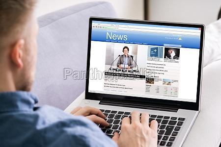 strona man reading news