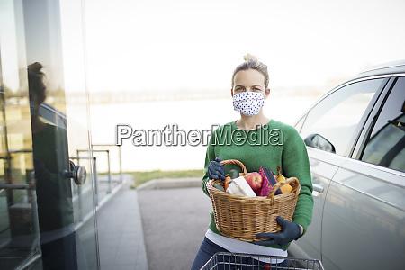 piekna mloda kobieta robi zakupy z