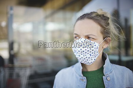 portret mlodej pieknej kobiety noszacej maske