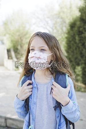 ladna dziewczyna z maska do ust
