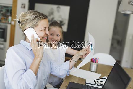ladna mloda kobieta biznesu pracuje z