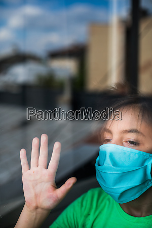 dziecko noszace maske chirurgiczna
