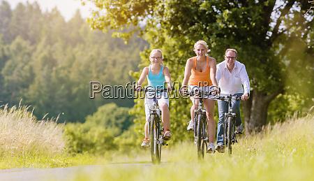 rodzina ktora ma weekendowa wycieczke rowerowa