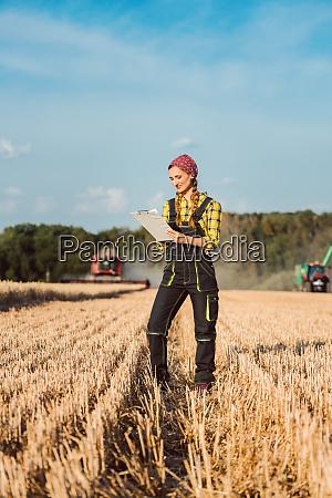 rolnik kobieta monitorowania postepu dzialalnosci zbiorow