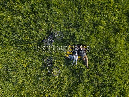para lezaca na trawie widok z