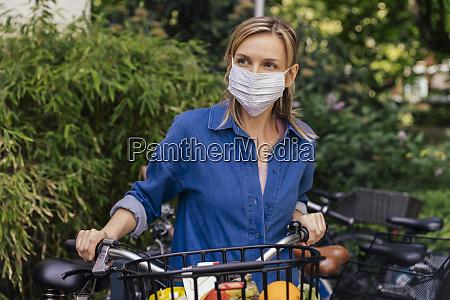 kobieta ubrana w maske na twarz