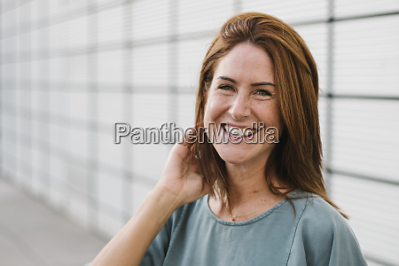 usmiechnieta kobieta na zewnatrz