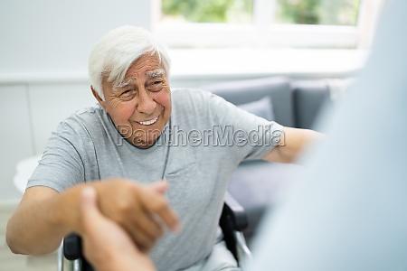 szczesliwa stara opieka nad pacjentem satysfakcja