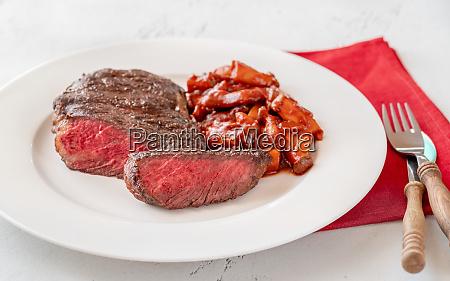 stek ribeye z gulaszem grzybow