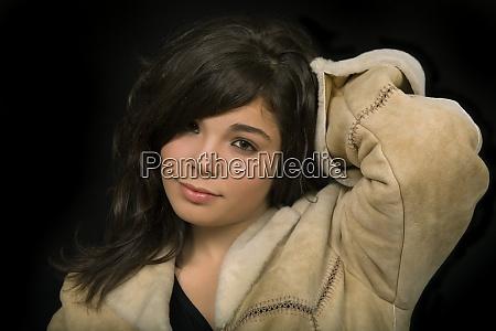 mlody piekny portret brunetki na czarnym