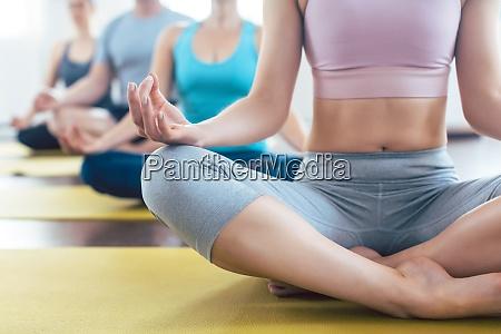 ludzie medytujacy podczas jogi w latwej