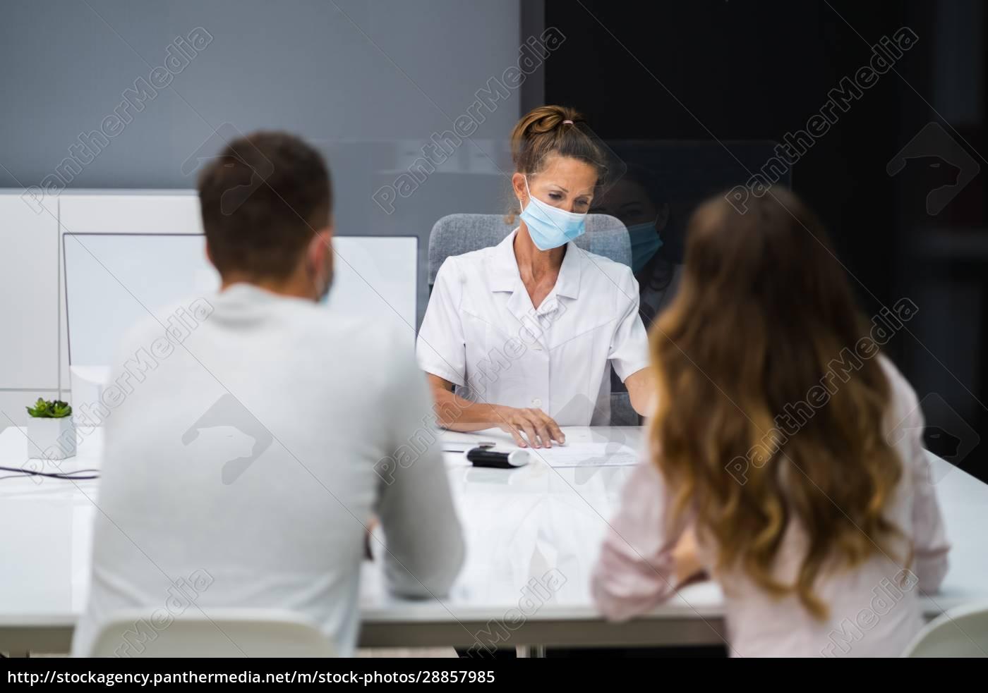 lekarz, rozmawia, z, pacjentem, na, spotkaniu - 28857985