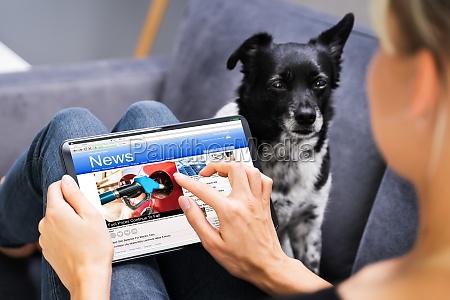 czytanie gazety online na tablecie ogladanie
