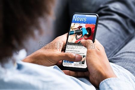 african american holding telefon komorkowy czytanie
