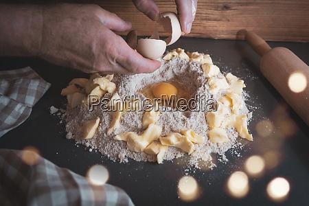 przygotowanie ciasta w swiatecznej piekarni