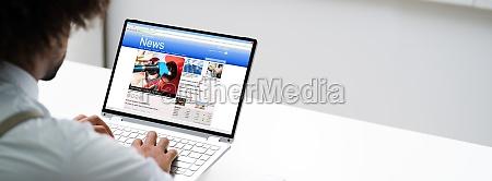 czlowiek czytanie wiadomosci online