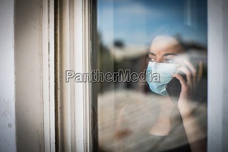 kobieta rozmawia przez telefon komorkowy podczas
