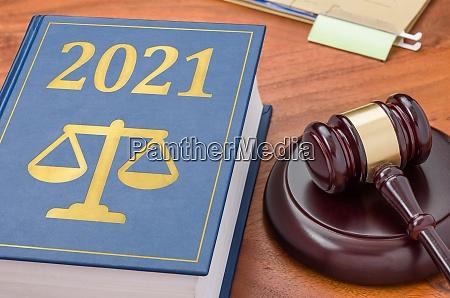 ksiazka prawnicza z gavelem 2021