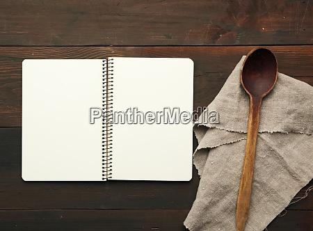 otwieranie notesu z pustymi bialymi arkuszami