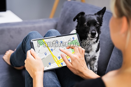trzymanie mapy nawigatora gps na tablecie