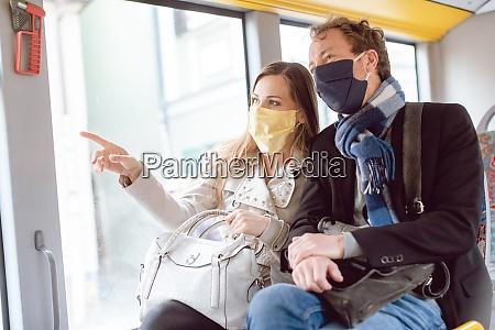 para w autobusie komunikacji miejskiej w