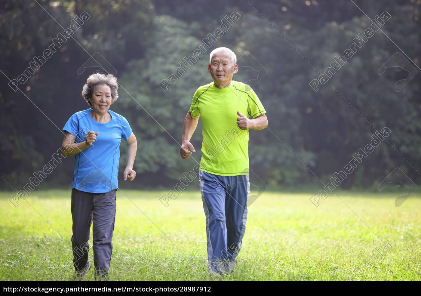 azjatycka, para, seniorów, biegająca, w, parku - 28987912