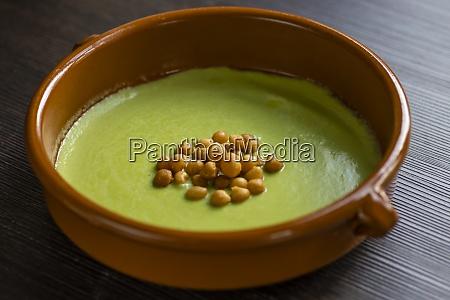 martwa natura zupy z zielonego groszku