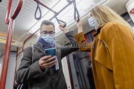 osoby korzystajace z telefonu w pociagu