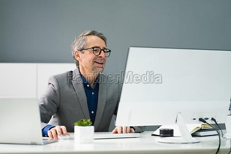 szczęśliwy, profesjonalny, pracownik, za, pomocą, komputera - 29041700