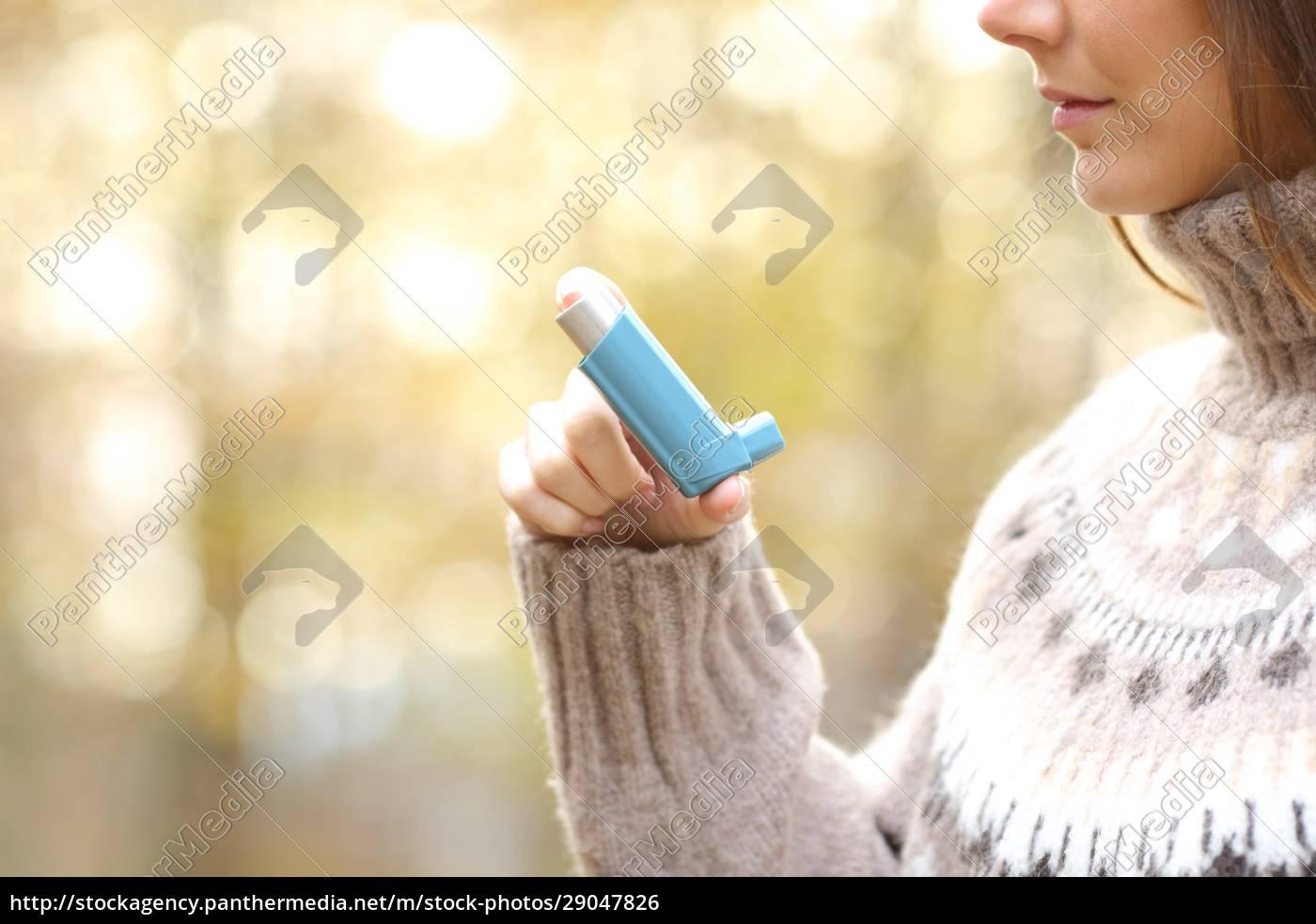 kobieta, trzymająca, za, rękę, inhalator, astmy - 29047826