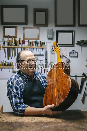 sevilla hiszpania rzemieslnik lutnik robi gitary