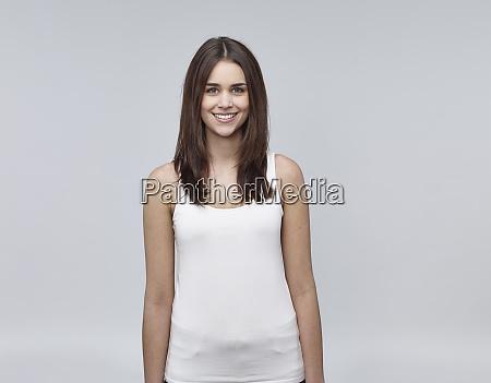portret usmiechnietej mlodej kobiety