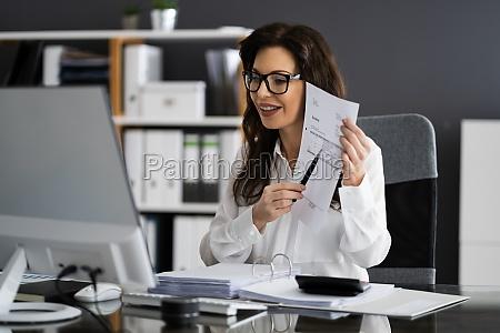 profesjonalny ksiegowy pokazujacy fakture podatku od